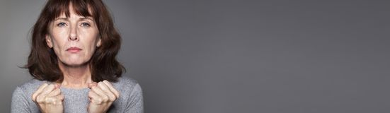 Bestrijdend het midden oude vrouw hopen sterk voor succes, grijze banner Royalty-vrije Stock Foto