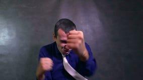 Bestrijdt in dozen doende mensenzakenman die zijn wapens boze langzame motie golven stock videobeelden