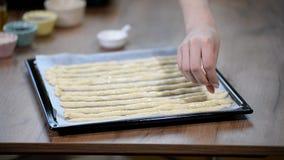 Bestrooi breadsticks met papaverzaden Eigengemaakte broodstokken op de houten lijst stock videobeelden