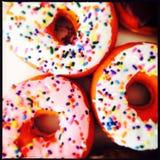 Bestrooi Donuts Royalty-vrije Stock Afbeeldingen
