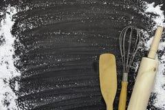 Bestrooi tarwemeel met exemplaarruimte voor tekst op donkere zwarte houten achtergrond, hoogste mening voor het koken van deeg of royalty-vrije stock foto