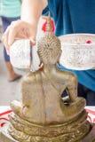 Bestrooi water op Boedha in lied klan festival Thailand Stock Afbeeldingen