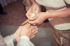 Bestrooi water op de bruid en de bruidegom royalty-vrije stock foto