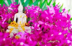 Bestrooi water op een beeld van Boedha, een gebaar van verering tijdens het jaarlijkse Songkran-festival stock foto