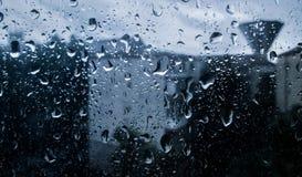 Bestrooi water op het venster, Regenachtige Dag stock foto's