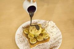 Bestrooit de Franse Toost van de Nutellabanaan met roomijs, met cacaopoeder stock afbeelding