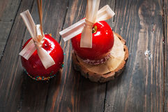 Bestrooit de hand ondergedompelde die karamelappel met multikleur wordt behandeld Stock Foto's