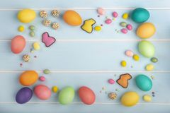 Bestrooit de kleurrijke de kippeneieren van Pasen, chocoladekonijntjes, verscheidenheid van snoepjes en kleurrijk royalty-vrije stock foto