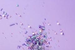 Bestrooit korrelig Zoete confettien Purpere achtergrond voor vakantieontwerpen, partij, verjaardag, huwelijksuitnodiging stock afbeelding