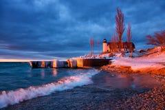 Is bestrukna Breakwalls på den punktBetsie fyren i Michigan Fotografering för Bildbyråer