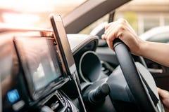 Bestuurder die mobiele app voor GPS-navigatie gebruiken stock afbeelding