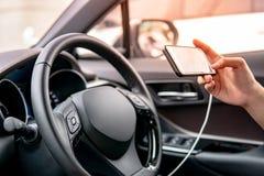 Bestuurder die mobiele app voor GPS-navigatie gebruiken royalty-vrije stock afbeelding