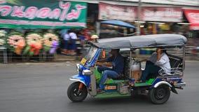 Bestuurder en passagier in geroepen driewieler tuk tuk Stock Fotografie