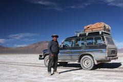Bestuurder en zijn auto op salar Stock Afbeelding