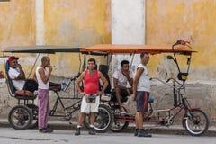 Bestuurders die met drie wielen op cliënten wachten Royalty-vrije Stock Fotografie