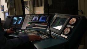 Bestuurders` s cabine en de afstandsbedieningmetro stock footage