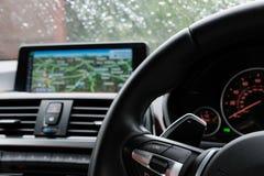 Bestuurders` s mening van een Duitse vervaardigde die coupé van luxesporten, tijdens een hijsende stortbui wordt gezien stock foto
