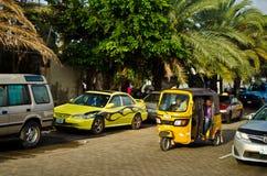 Bestuurders van gele tuk tuks vouw hun handel rond de havenstad stock afbeeldingen