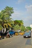 Bestuurders van gele tuk tuks vouw hun handel rond de havenstad royalty-vrije stock foto's