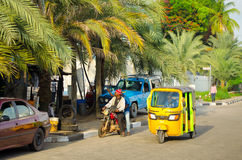 Bestuurders van gele tuk tuks vouw hun handel rond de havenstad stock foto's