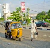 Bestuurders van gele tuk tuks vouw hun handel rond de havenstad stock fotografie
