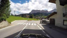 Bestuurdersstandpunt op toneelroutes van het Dolomiet van Gardena-bergpas aan het dorp van La-Villa stock videobeelden