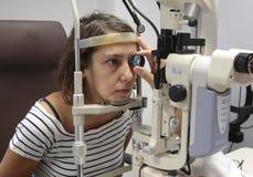 Besuch am Augenarzt lizenzfreie stockfotografie