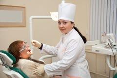 Besuch am Zahnarzt Stockbild