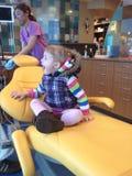Besuch zum Zahnarztmädchenkleinkind Stockfoto