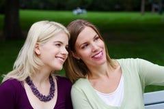 Besuchen mit zwei Freunden Lizenzfreie Stockfotos