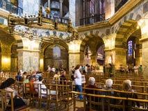Besucher in Achteck Palatine-Kapelle von Aachen Dom Lizenzfreie Stockfotos