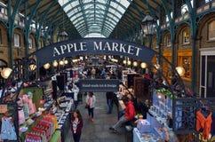 Besucher in Apple-Markt in Covent-Garten in London, Großbritannien Stockbild