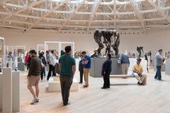Besucher am Auguste Rodin-Abschnitt des Soumaya-Kunstmuseums in Mexiko City stockbild