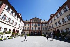 Besucher am barocken Schloss auf der Mainau Insel/dem Deutschland Lizenzfreies Stockfoto