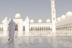 Besucher bei Sheikh Zayed Grand Mosque Lizenzfreies Stockfoto