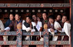 Besucher bei Trongsa Dzong Lizenzfreies Stockfoto