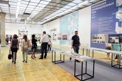 Besucher am Bogen Moskau 2015 Lizenzfreie Stockfotos