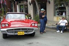Besucher-Car Show, das mit dem Inhaber des Weinleseautos spricht Lizenzfreie Stockfotos