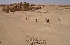 Besucher an den Ruinen von Arrassafeh nahe Raqqa in Syrien lizenzfreies stockbild