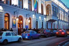 Besucher der Ausstellung von Frida Kahlo wartend in eine Linie in St Petersburg Lizenzfreie Stockbilder