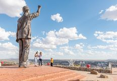 Besucher an der Bronzestatue von Nelson Mandela in Bloemfontein Lizenzfreies Stockbild