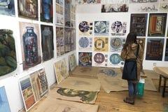 Junge Frau an der Kunstausstellung Stockbilder