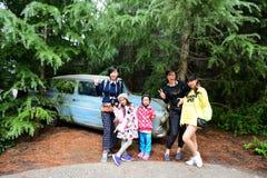 Besucher, der Foto mit Weasley-Auto macht Stockbild