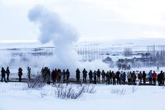 Besucher an der Geysireruption von Strokkur, Island Lizenzfreies Stockbild