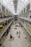 Besucher in der großartigen Galerie am Nationalmuseum von Schottland lizenzfreie stockfotografie