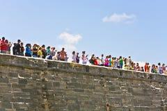 Besucher der historischen Waffendemonstration in Castillo-De San Marcos in St Augustine lizenzfreie stockfotos