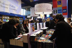 Besucher an der internationalen Buch-Messe in Paris Stockfotografie
