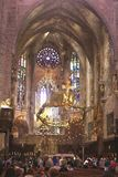 Besucher in der Kathedrale Santa Maria in Palma de Mallorca Stockfotografie