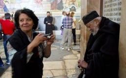 Besucher an der Kirche des heiligen Grabes lizenzfreies stockbild