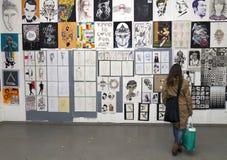 Junge Frau an der Kunstausstellung Lizenzfreies Stockfoto